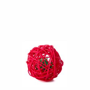 Červená ratanová koule srolničkou, hračka